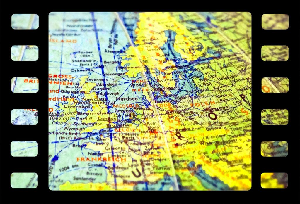 Mustat filmirullakehykset, joiden välissä värillinen Euroopan kartta.