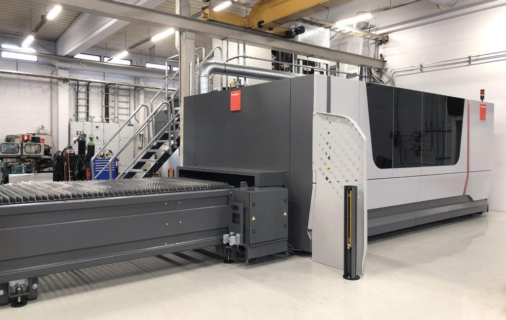 Teollinen työstökeskus, laserleikkausoppimisympäristö tehdashallissa.