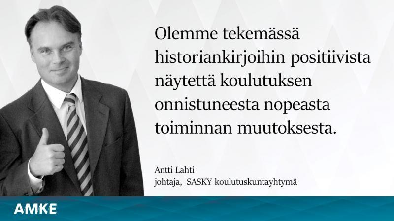 Mustavalkoinen kuva peukaloa näyttävästä miehestä, kuvassa teksti: Olemme tekemässä historiankirjoihin positiivista näytettä koulutuksen onnistuneesta nopeasta toiminnan muutoksesta, Antti Lahti, johtaja, SASKY koulutuskuntayhtymä, AMKE.
