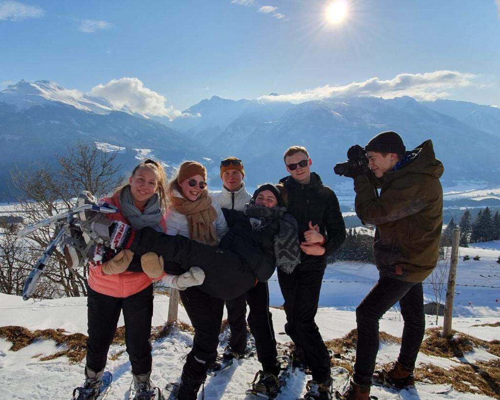 Opiskelijat ja opettajat  lumikenkäilemässä ja tutustumassa paikalliseen luontoon Itävallan Mittersillissä.