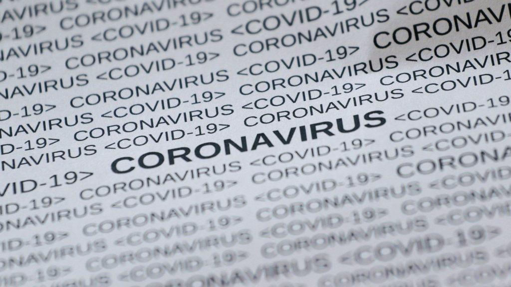 Valkoisella pohjalla mustalla tekstillä tekstit coronavirus ja covid19.