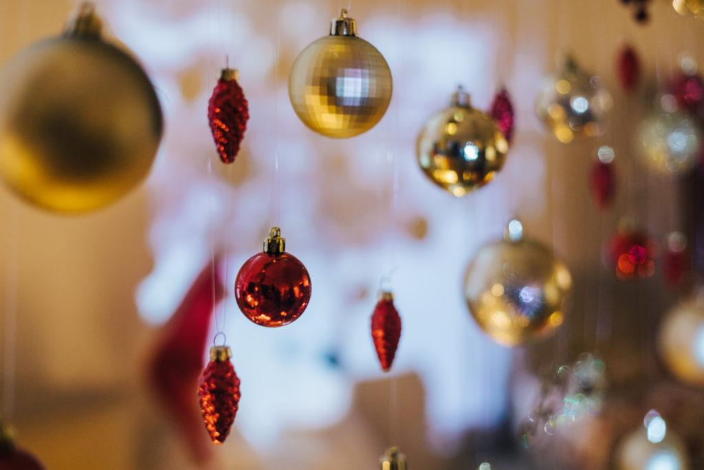 Punaisia ja kullanvärisiä joulupalloja roikkumassa.