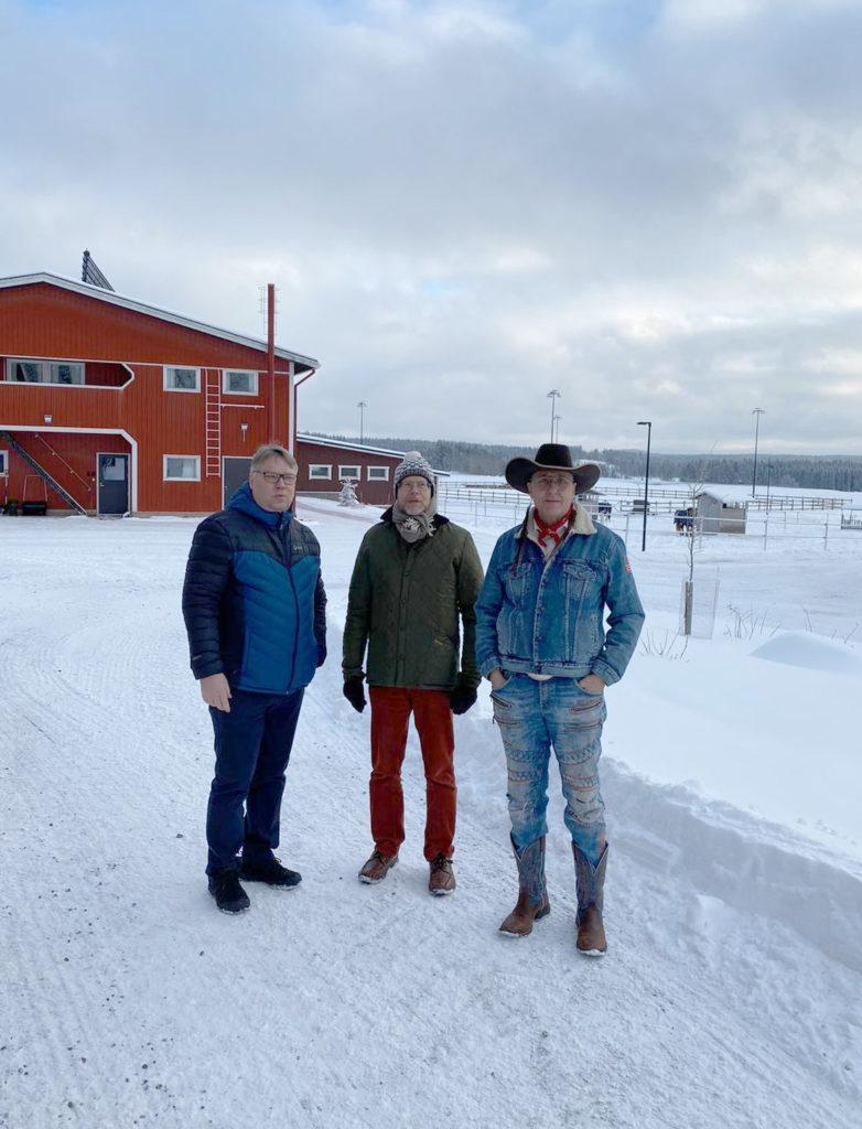 Jarmo Nieminen esittelee AMKEn johdolle Kärppälän ratsutilaa.