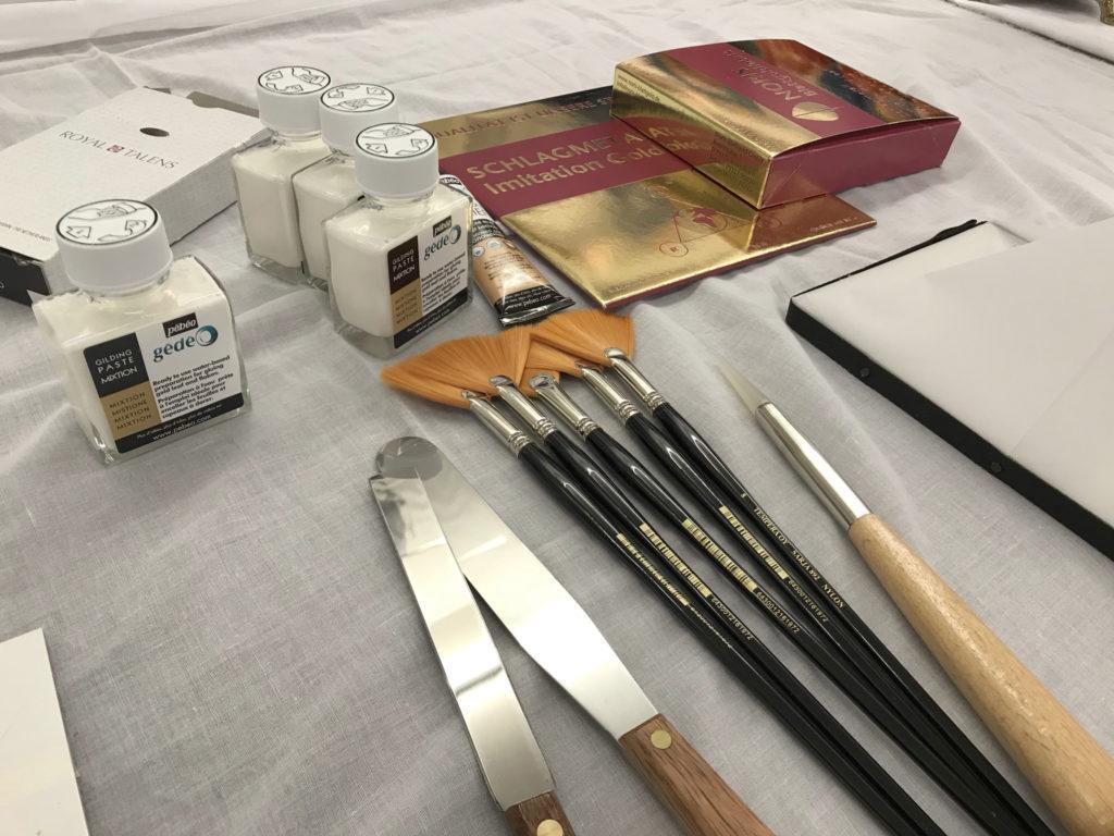 Kultaukseen käytettäviä työvälineitä ja -aineita.