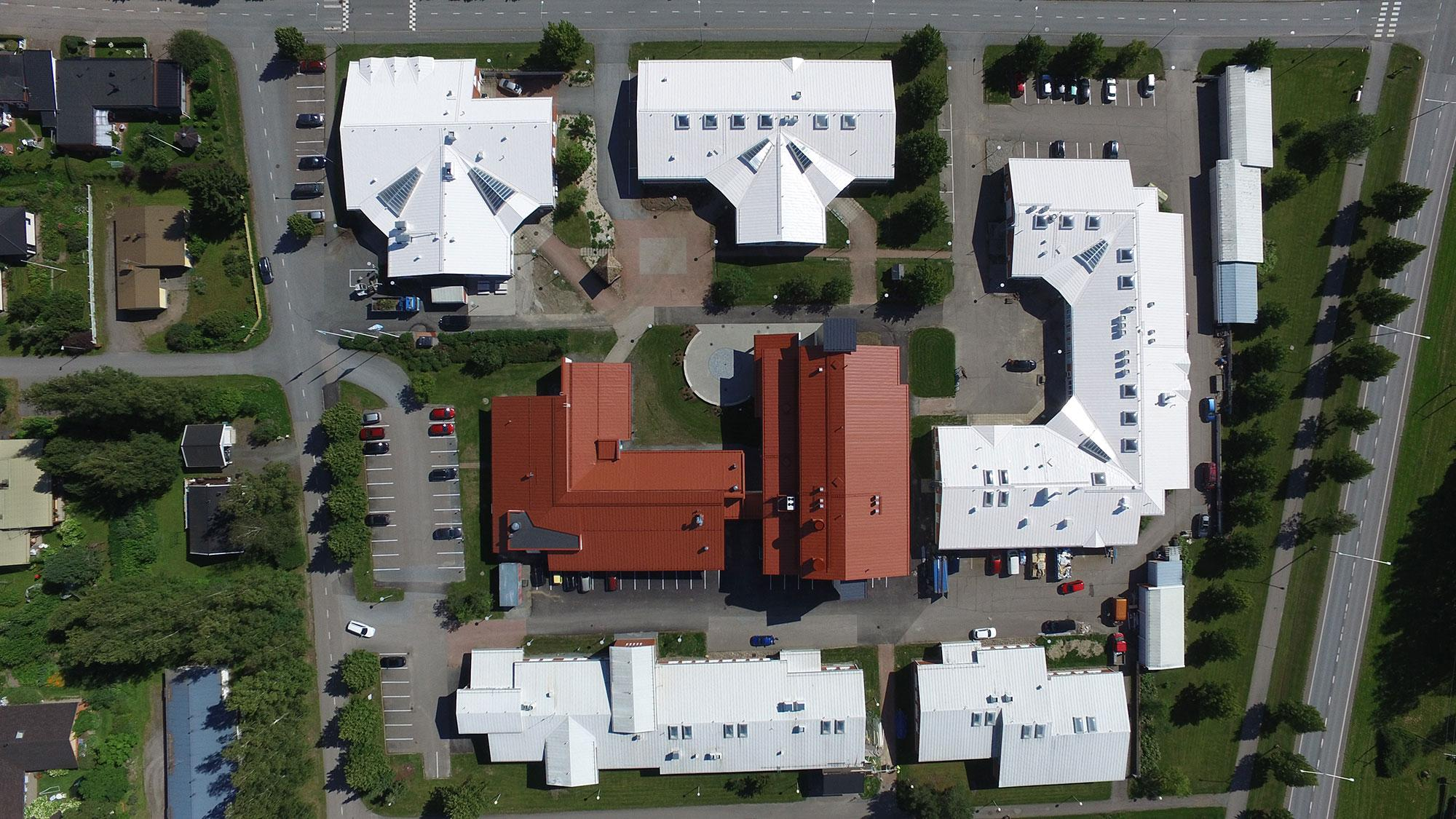 Ilmakuva Saskyn IDEA-kampuksen rakennuksista Ikaalisista.