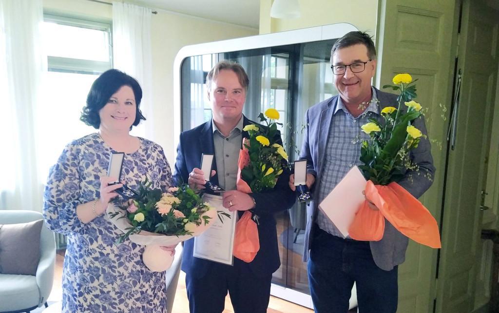 AMKEn kultaisen ansioristin saaneet Anna-Leena Kivipuro, Antti Lahti ja Ari Lamminmäki.