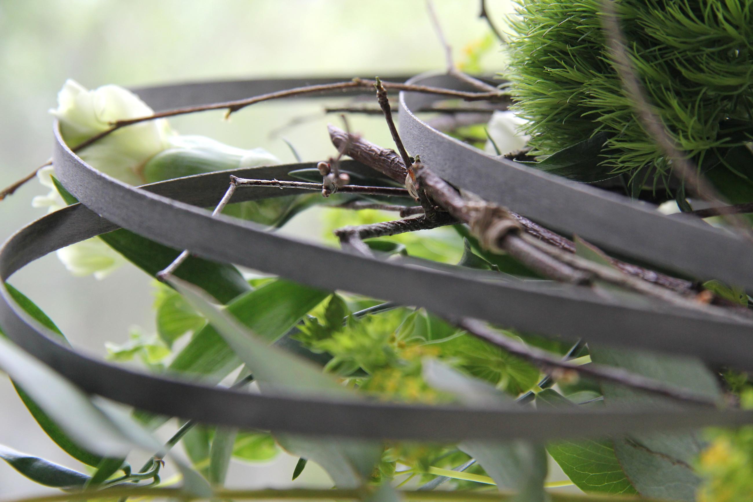 Lähikuva kukkakimpusta, jossa koristeellisia kaaria.