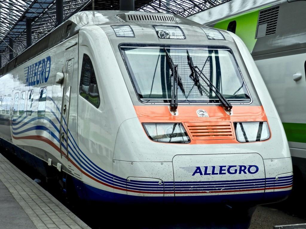 Allegro-juna kuvattuna edestäpäin, juna seisoo paikallaan asemalla.