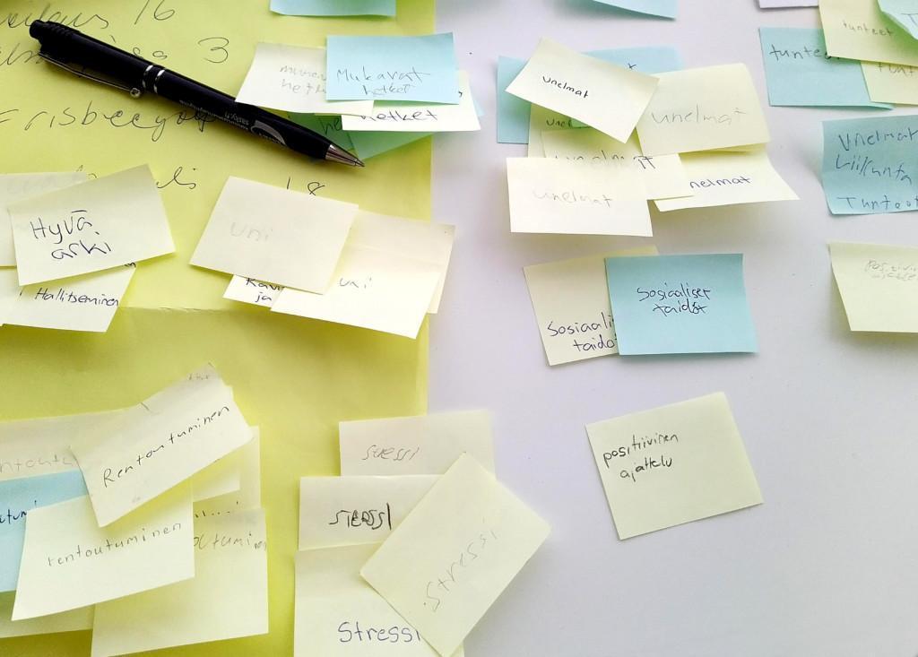 Pöydällä tarralappuja, joissa tekstejä, mm hyvä arki, rentoiruminen, stressi, sosiaaliset taidot, unelmat.
